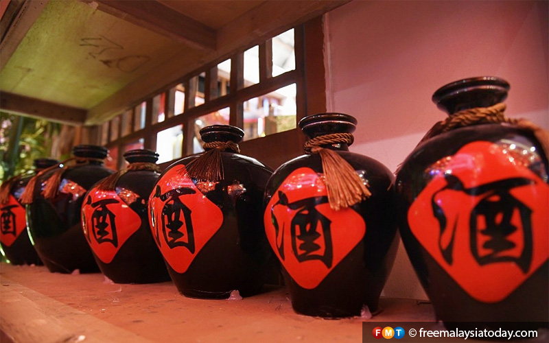 Decorative versions of the pots used to ferment Chinese wine. The real versions of the wine can be used in cooking or can be drunk straight away.