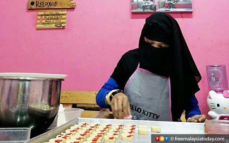 Niqab-wearer bakes halal mooncakes for CNY, sales rocket and