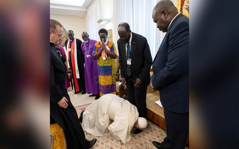 Pope stuns South Sudan rival leaders by kissing their feet