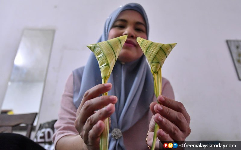"Even ketupat has a gender, which can be identified by its style of wrapping. Can you tell which is male and female? The one on the left is male, or ""balutan utara"" (northward wrapping), and the female is called ""balutan timur"" (eastward wrapping)."