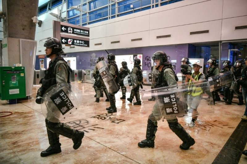 Hong Kong pro-democracy protesters block airport