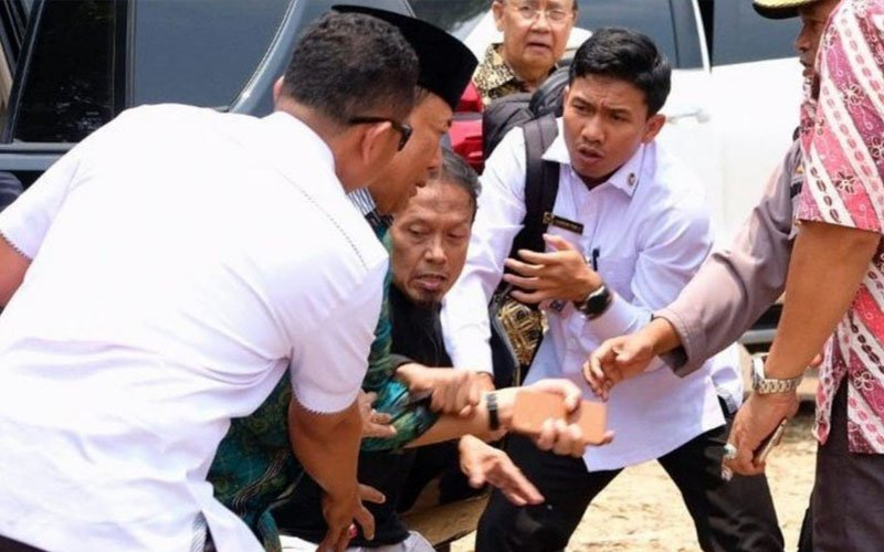 Indonesian minister stable after attack by suspected Islamic radical, say police