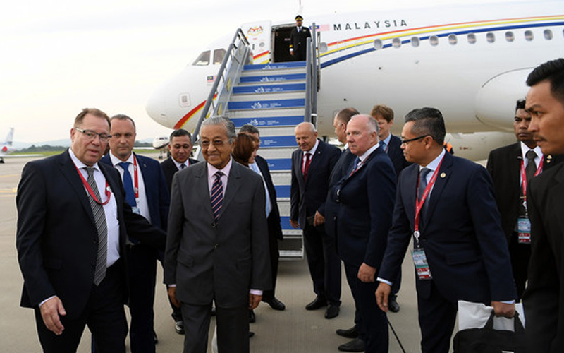 RM21 MILLION 'HOLIDAY' FOR MAHATHIR? INSTEAD OF WASTING MONEY ON TRIPS FOR SEALING DEALS & ASSET SALES THE PEOPLE DON'T APPRECIATE OR CALLING JEWS 'HOOK NOSE' - ALL MAHATHIR HAS TO DO IS SPEAK WITH SAME INTELLECT AS HSIEN LOONG TO GAIN RESPECT