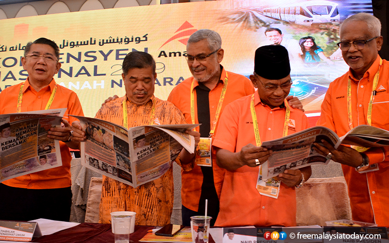 Party leaders Khalid Samad, Salahudin Ayub, Mohamad Sabu and Mahfuz Omar read copies of the newly launched Amanah newsletter.