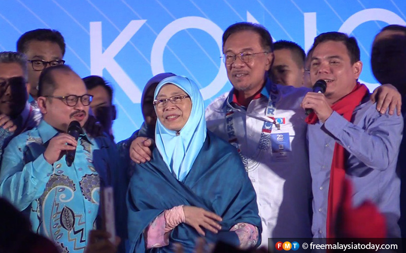 """Meanwhile, Anwar Ibrahim joins his loyal supporters in singing the song """"Teman Sejati""""."""