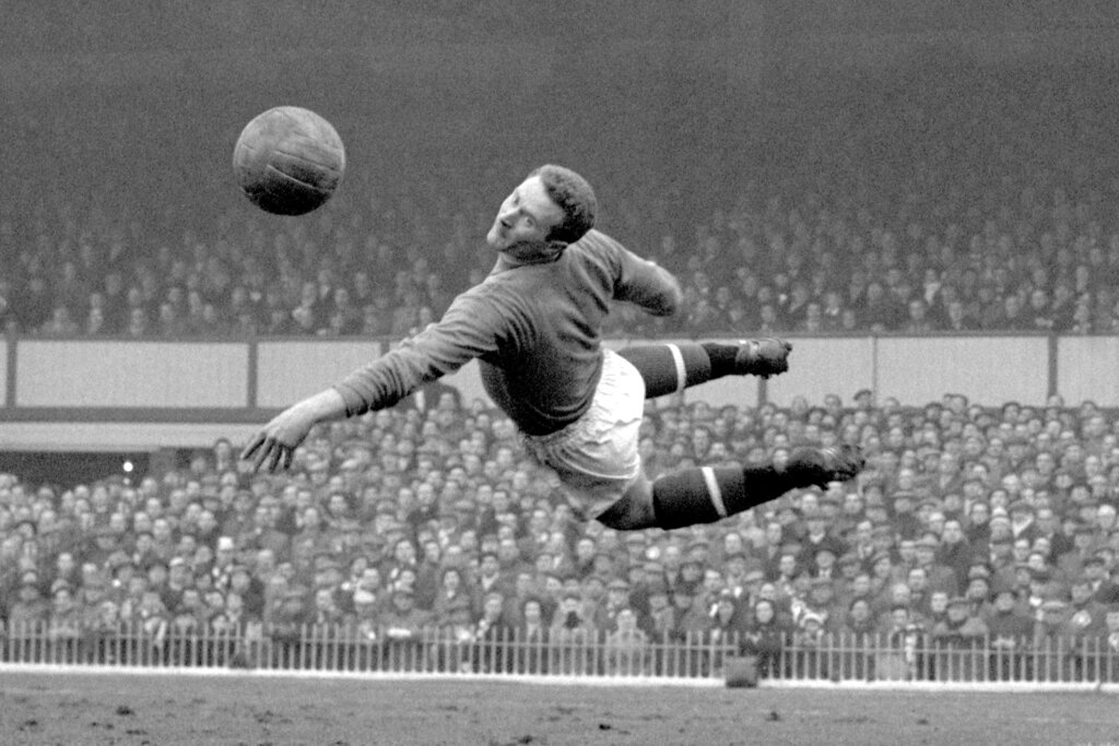Former Manchester United goalkeeper Harry Gregg dies