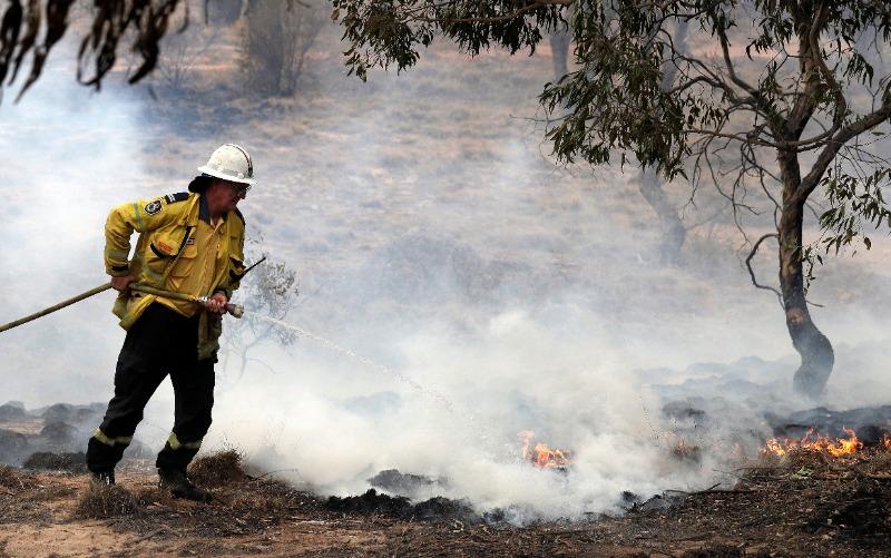 State of emergency declared as bushfire threatens Australian capital