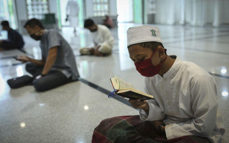 Unprecedented virus lockdown as Muslims mark sombre Ramadan