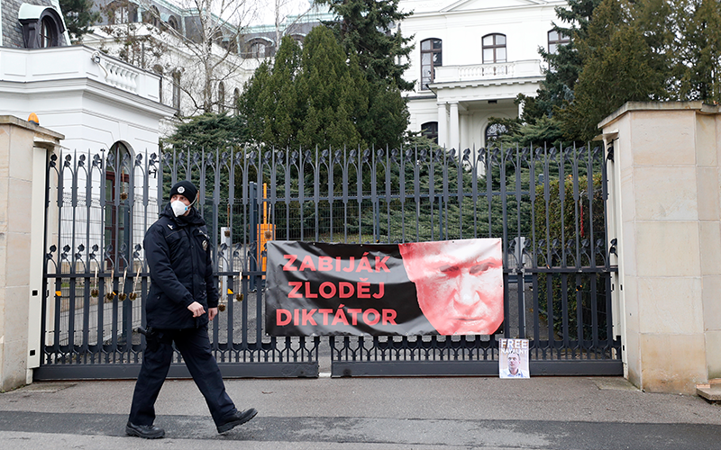 Czech govt expels 18 Russian envoys, accuses Moscow for 2014 blast