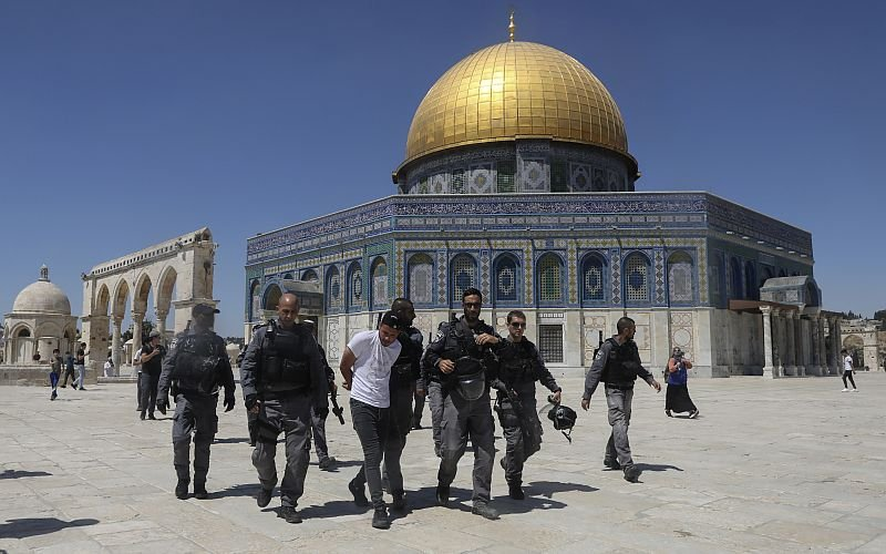 Israel arrests 10 Palestinians after clashes break out at Al-Aqsa | Free Malaysia Today (FMT)