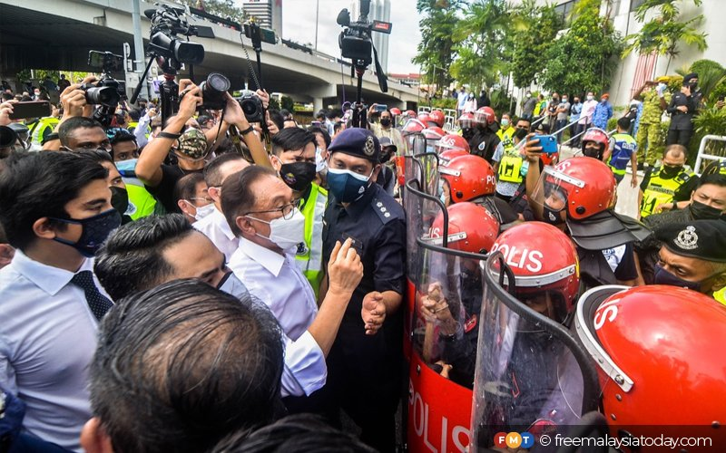 Opposition MPs end march as FRU officers block their way | Free Malaysia  Today (FMT)